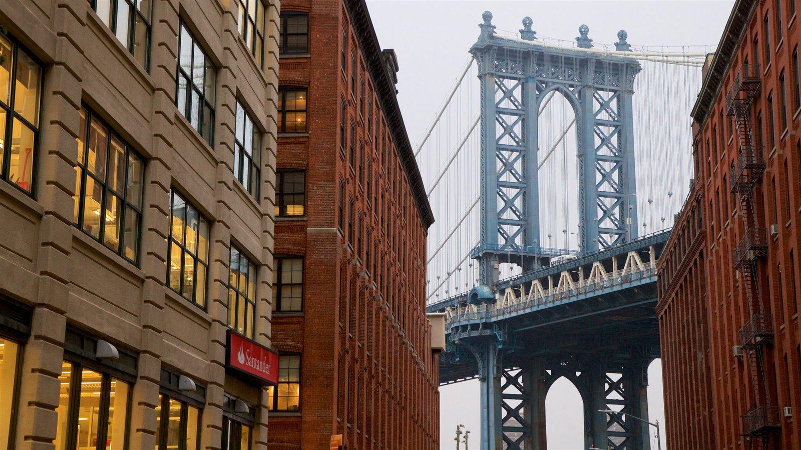 Downtown Brooklyn que incluye elementos del patrimonio y un puente