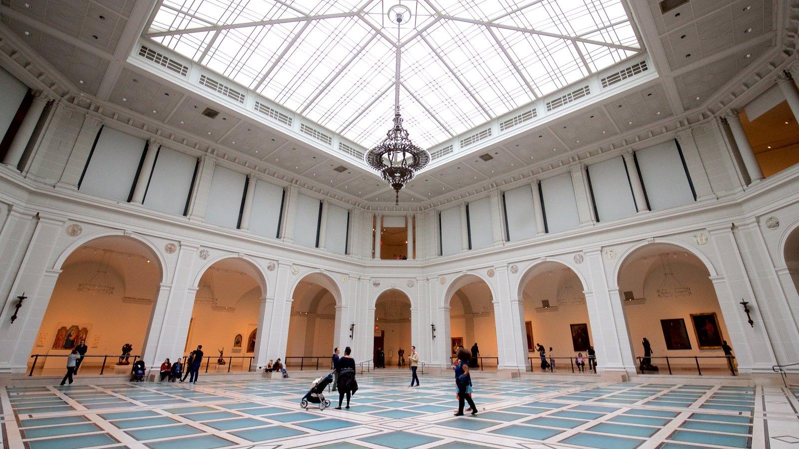 Museo Brooklyn ofreciendo elementos del patrimonio y vistas interiores y también un pequeño grupo de personas