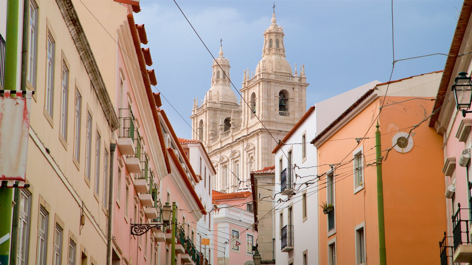 Alfama featuring heritage elements