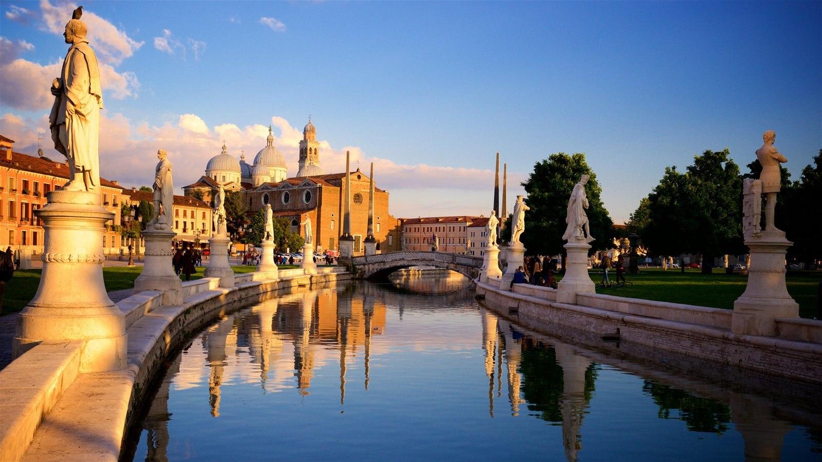Prato della Valle que incluye una puesta de sol, patrimonio de arquitectura y una estatua o escultura