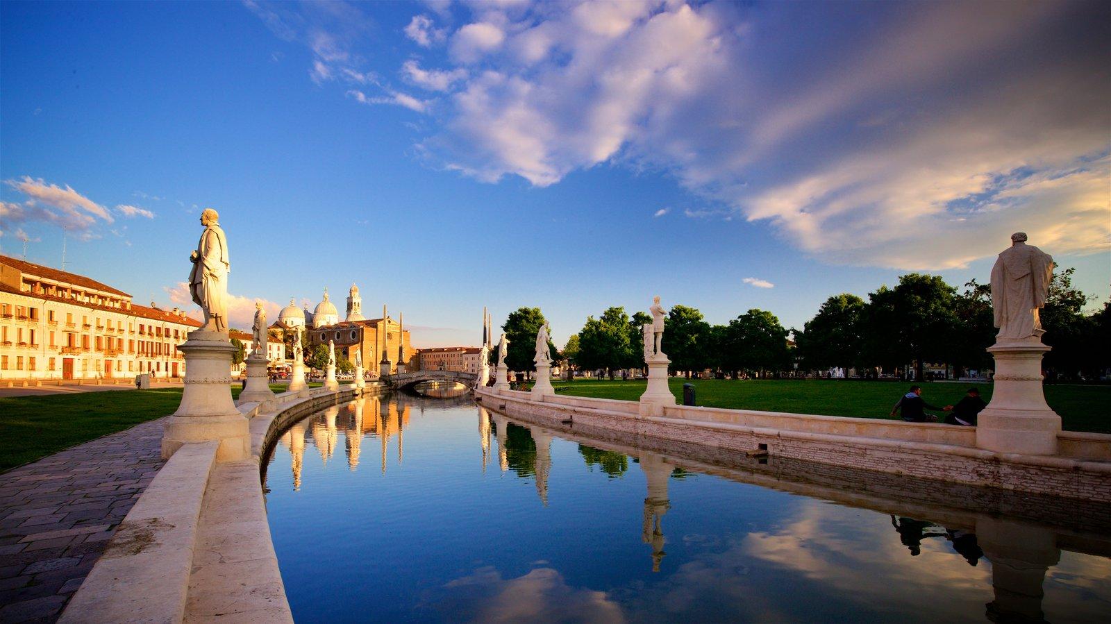 Prato della Valle mostrando un jardín, una estatua o escultura y un río o arroyo