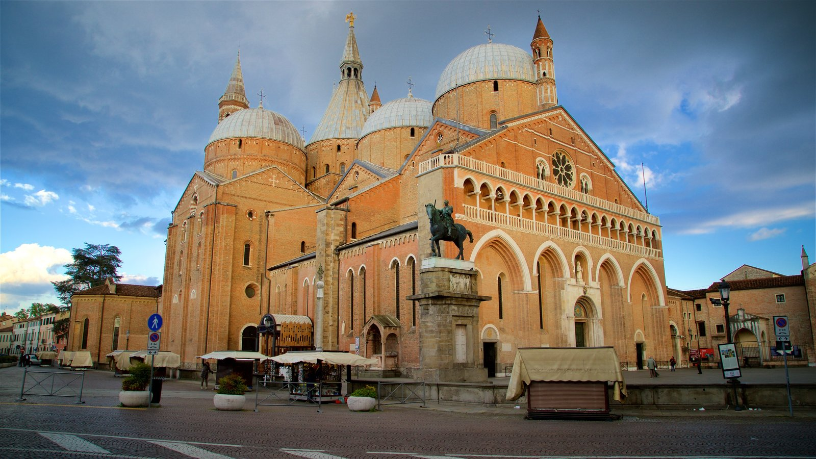 Basilica di Sant\'Antonio da Padova showing a church or cathedral, heritage architecture and a statue or sculpture
