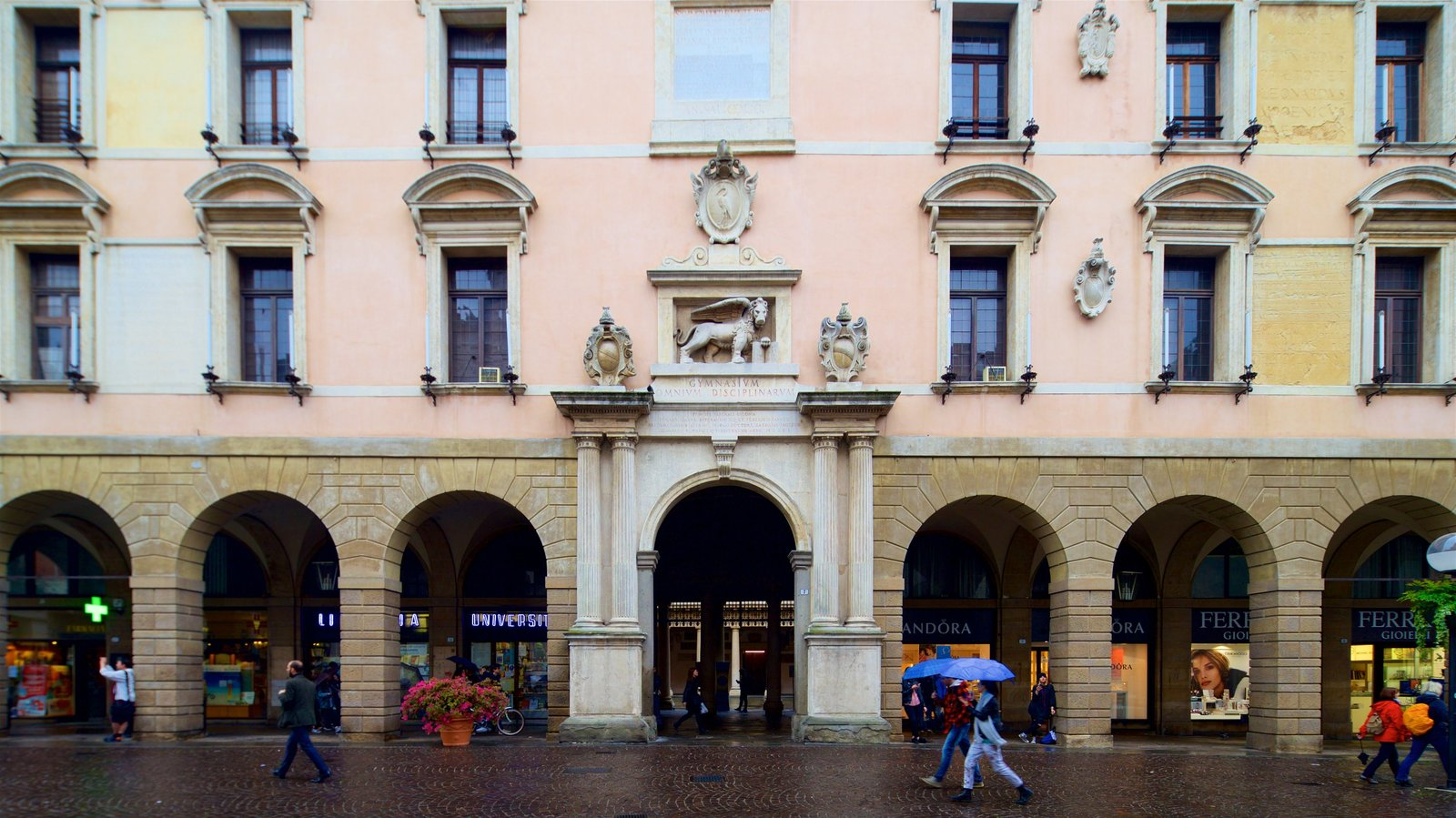 Palazzo del Bò showing heritage elements and street scenes as well as a small group of people