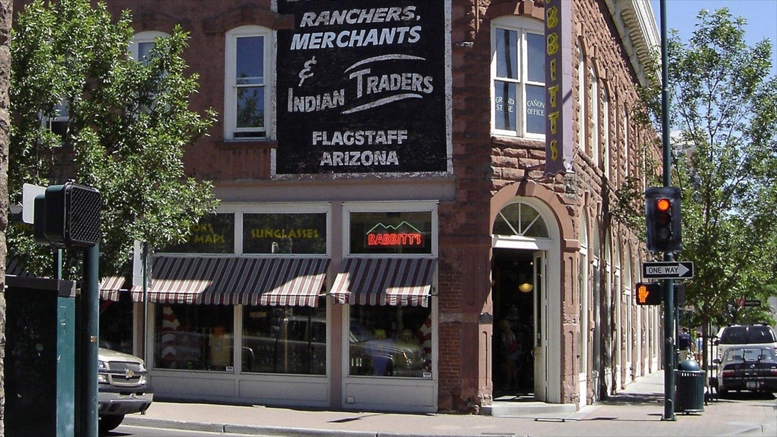 Flagstaff caracterizando cenas de rua, sinalização e uma cidade