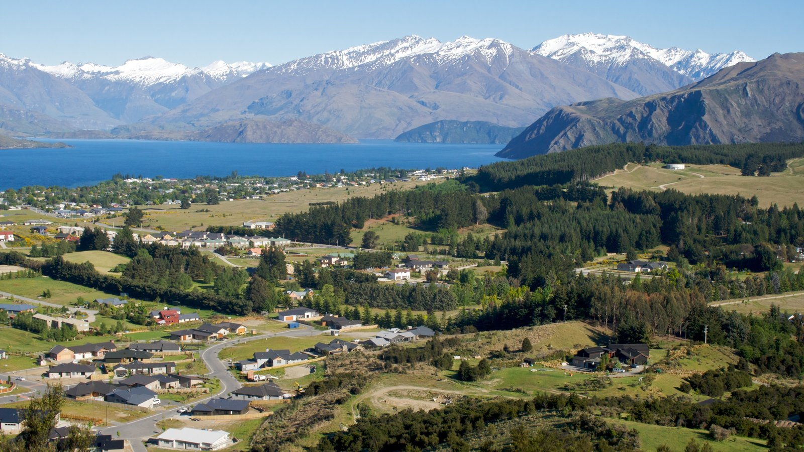 Wanaka showing landscape views, mountains and a small town or village