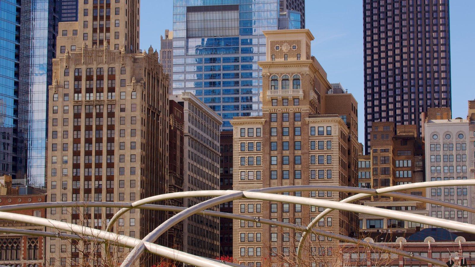 Millennium Park mostrando un edificio de gran altura, vistas a la ciudad y una ciudad