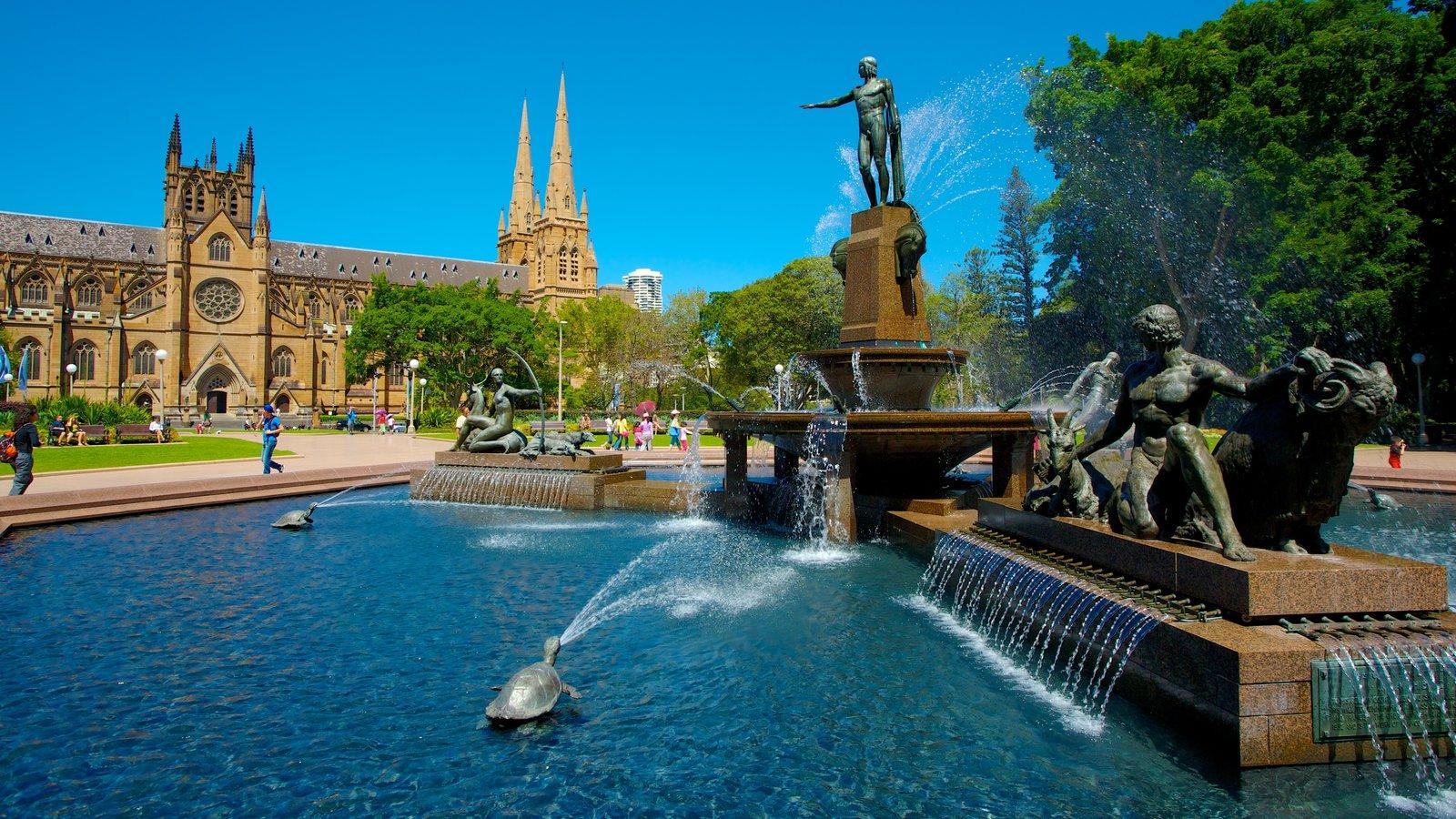 Sydney mostrando uma fonte, uma igreja ou catedral e uma estátua ou escultura