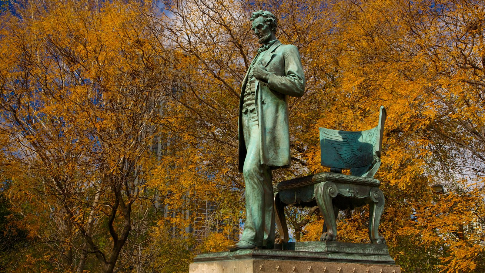 Lincoln Park showing a statue or sculpture, fall colors and a garden