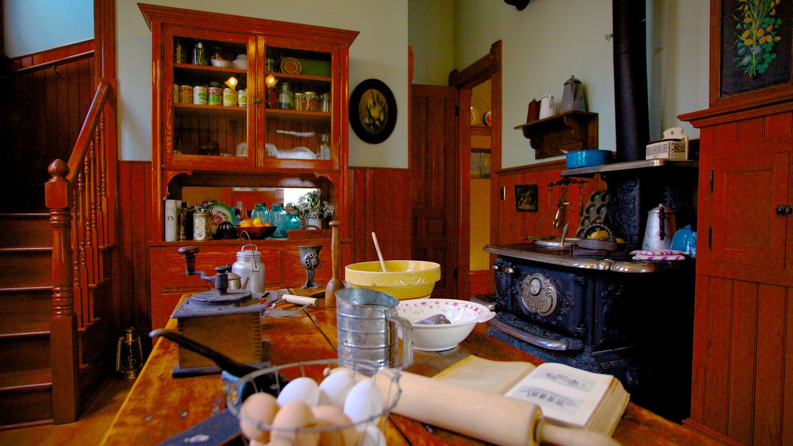 Ernest Hemingway Museum and House featuring interior views and food