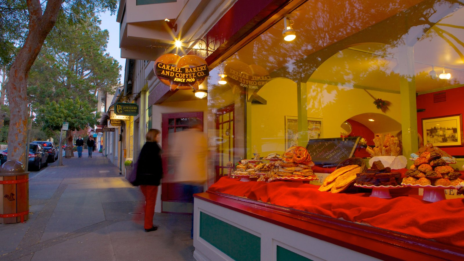 Carmel que incluye comida, una ciudad y escenas urbanas