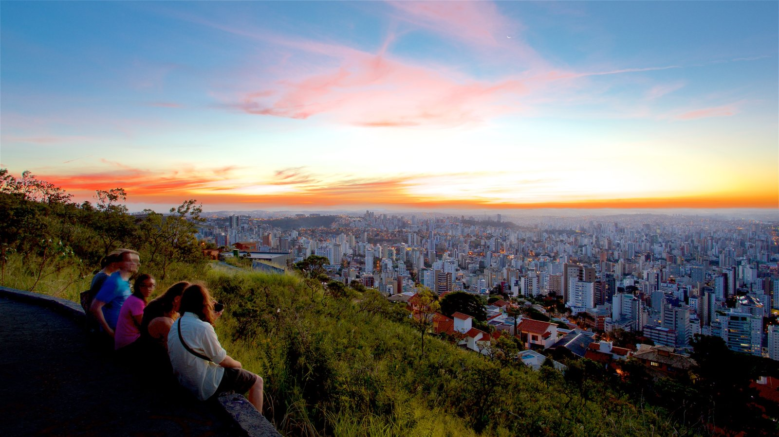Belo Horizonte que inclui paisagem, uma cidade e um pôr do sol