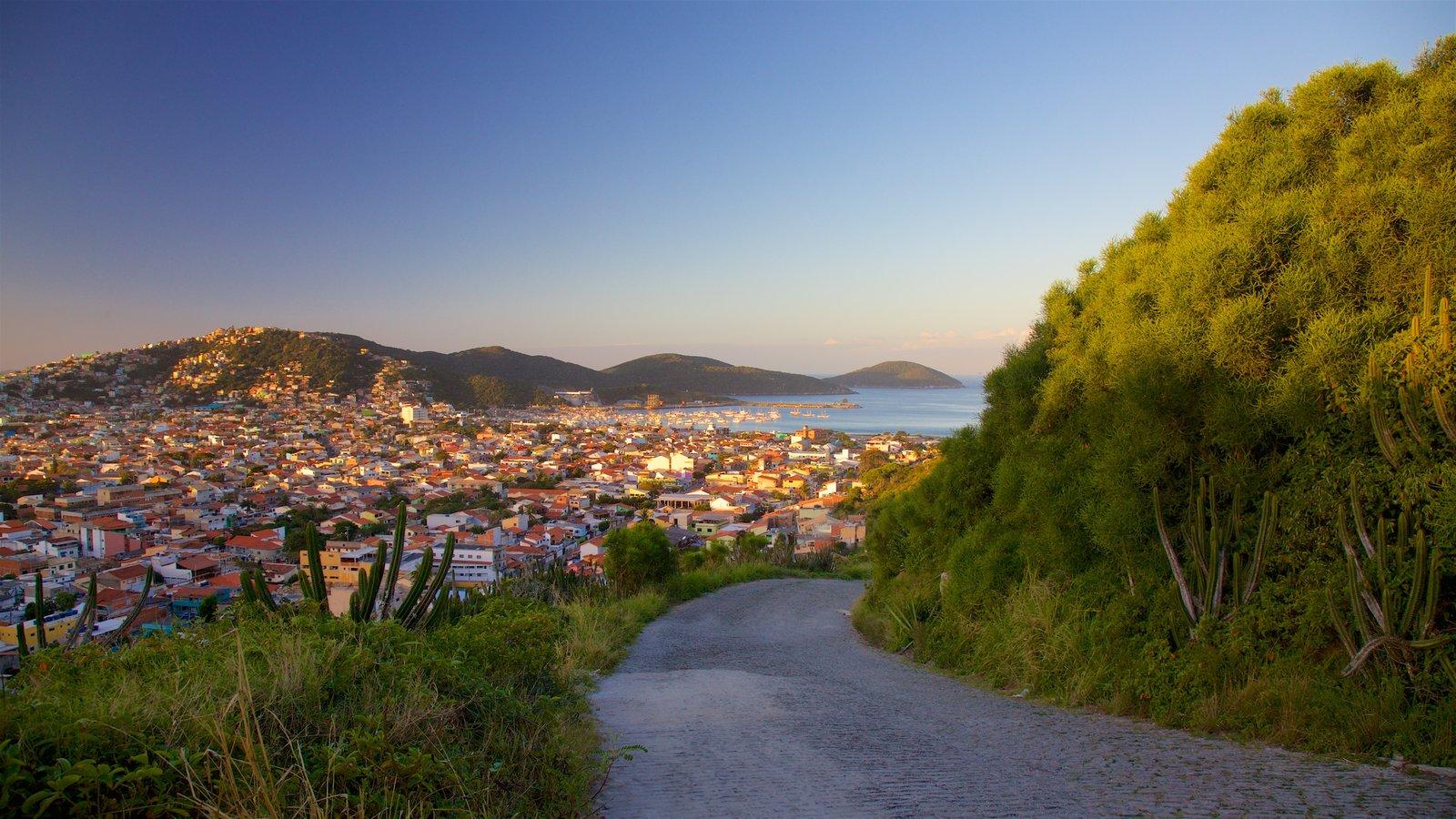 Mirante do Pontal do Atalaia mostrando paisagens litorâneas, um pôr do sol e uma cidade litorânea