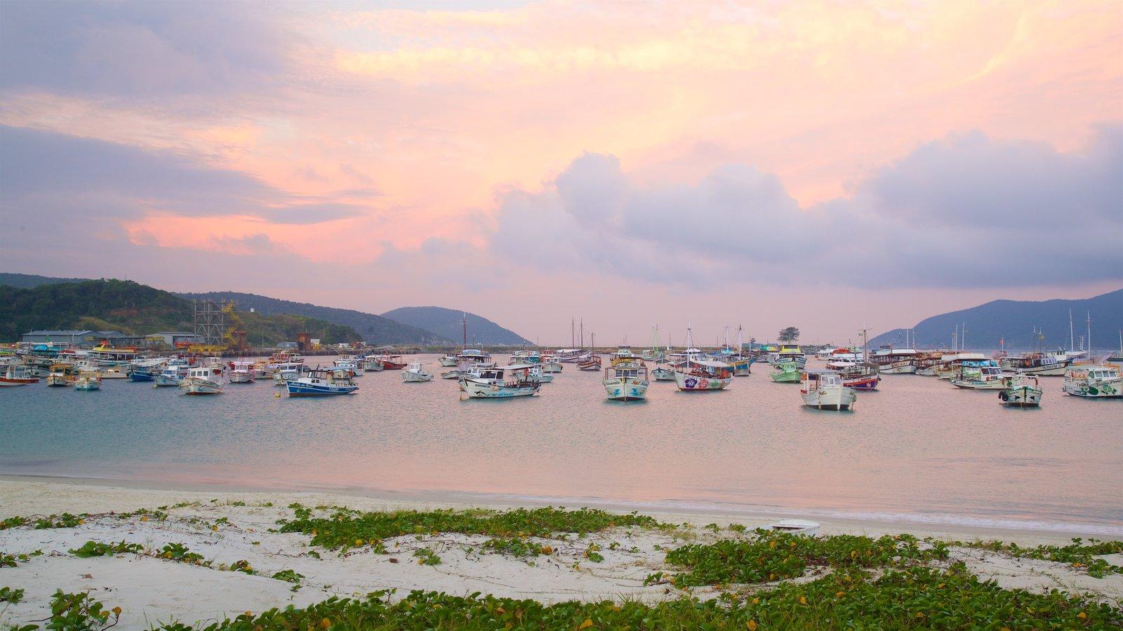 Porto do Forno que inclui um pôr do sol, uma praia de areia e uma baía ou porto