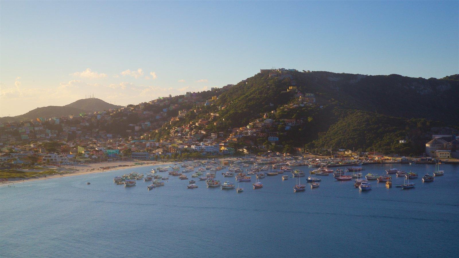 Mirante do Pontal do Atalaia caracterizando um pôr do sol, uma cidade litorânea e uma baía ou porto