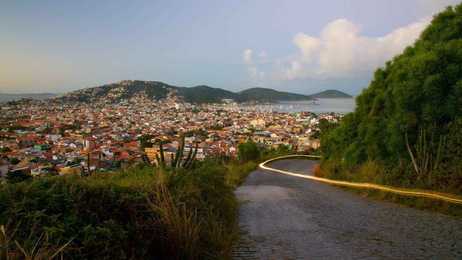 Mirante do Pontal do Atalaia caracterizando um pôr do sol, paisagens litorâneas e uma cidade litorânea