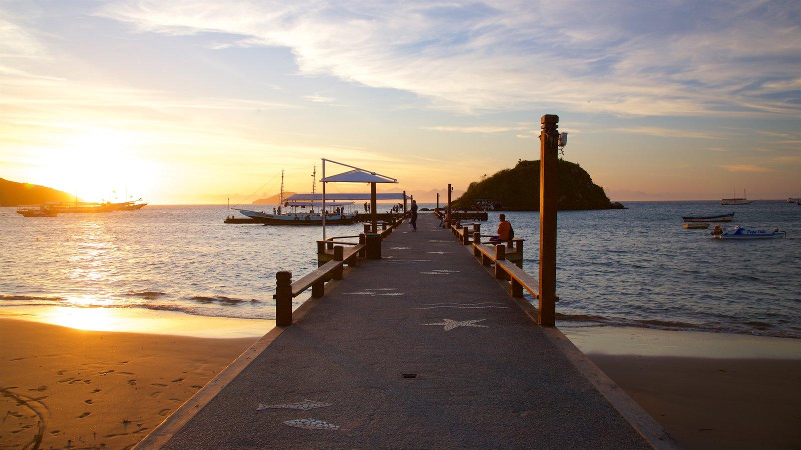 Orla Bardot que inclui uma praia de areia, um pôr do sol e paisagens litorâneas