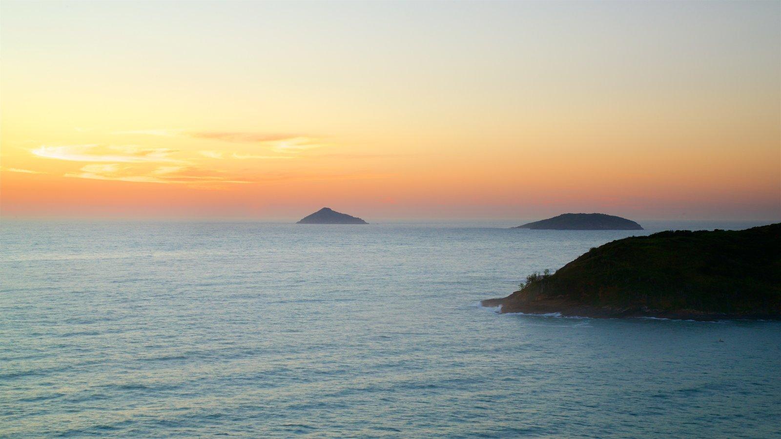 Mirante de João Fernandes que inclui um pôr do sol, paisagem e paisagens litorâneas