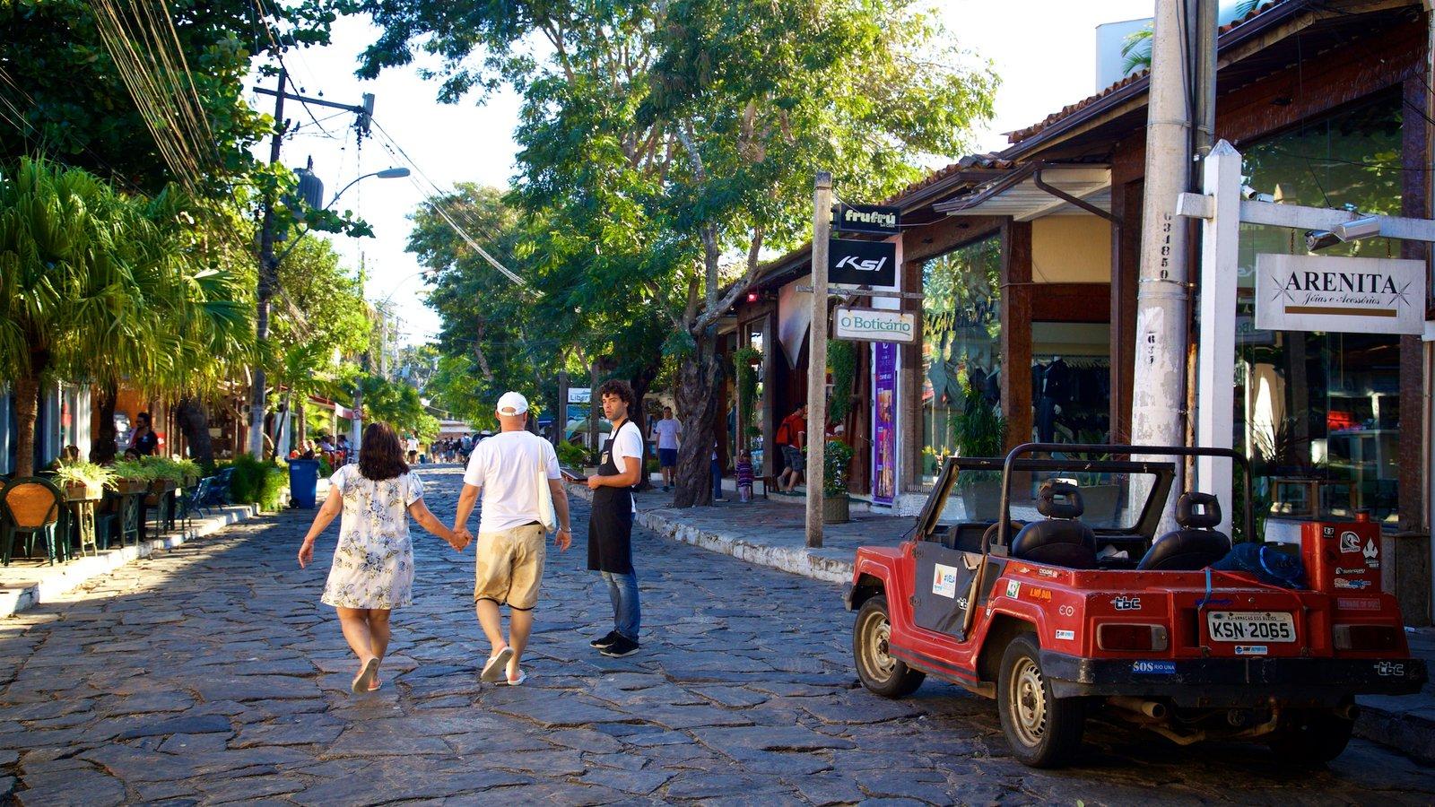 Rua das Pedras que inclui cenas de rua e uma cidade pequena ou vila assim como um casal