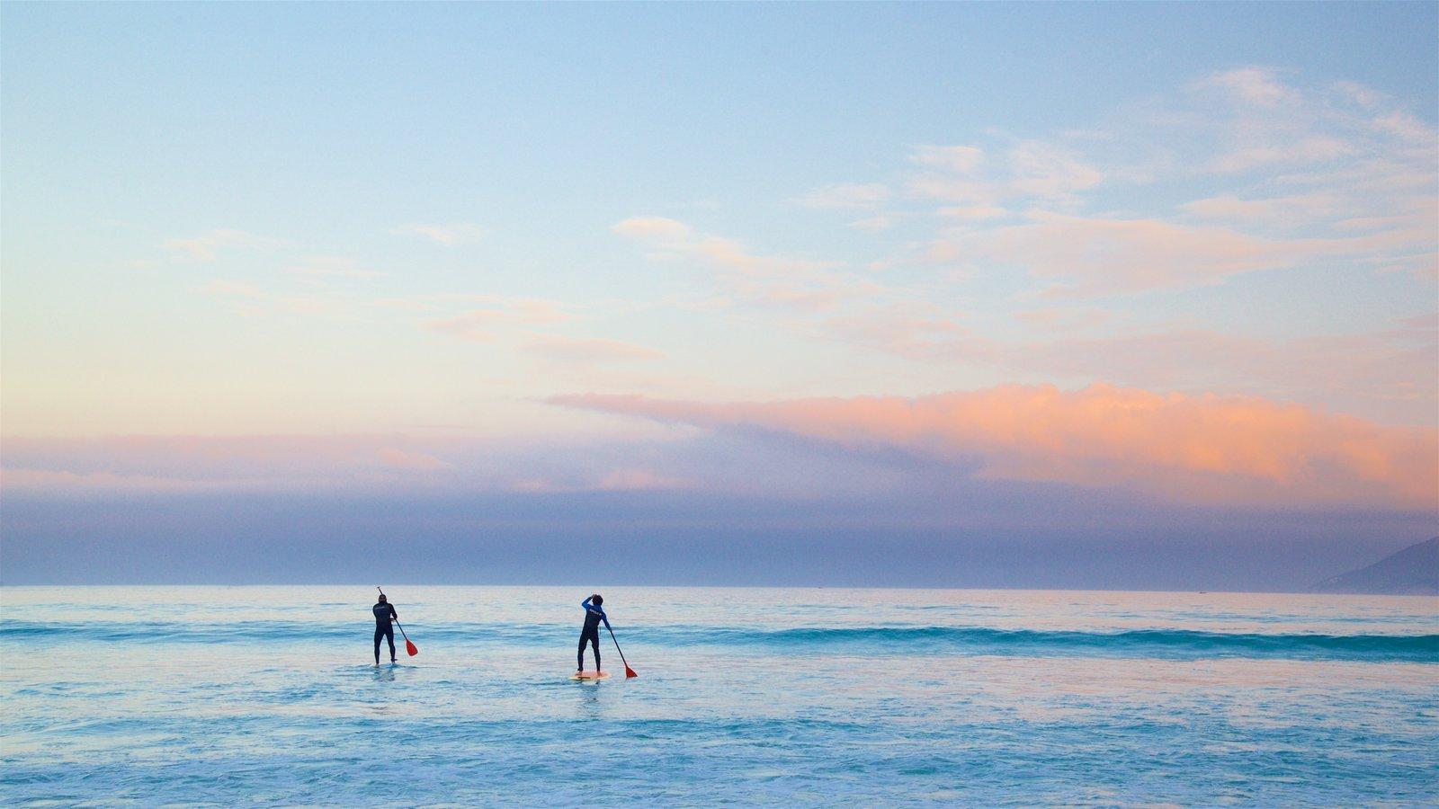 Praia do Forte caracterizando um pôr do sol, paisagens litorâneas e caiaque ou canoagem