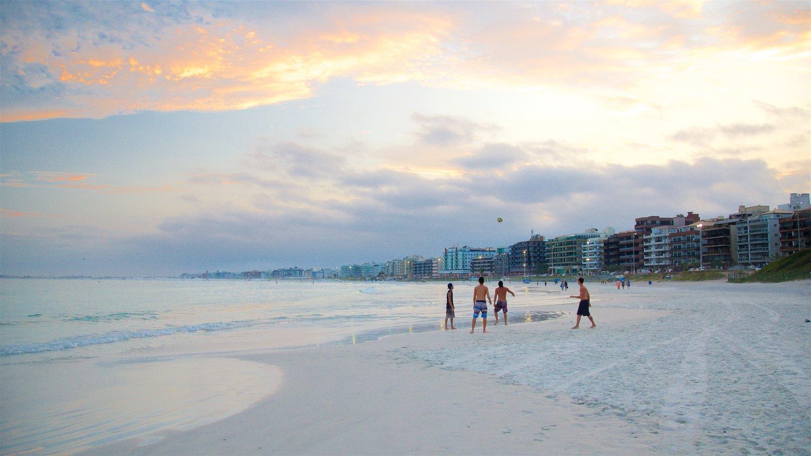 Praia do Forte caracterizando uma cidade litorânea, um pôr do sol e uma praia de areia