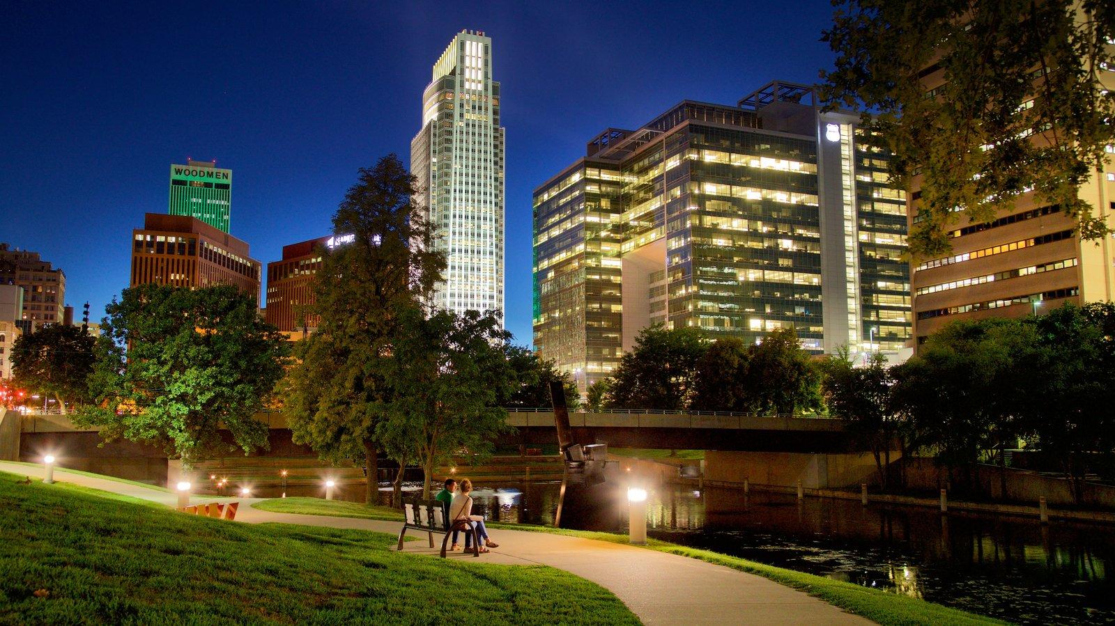 Omaha caracterizando cenas noturnas, um parque e um rio ou córrego