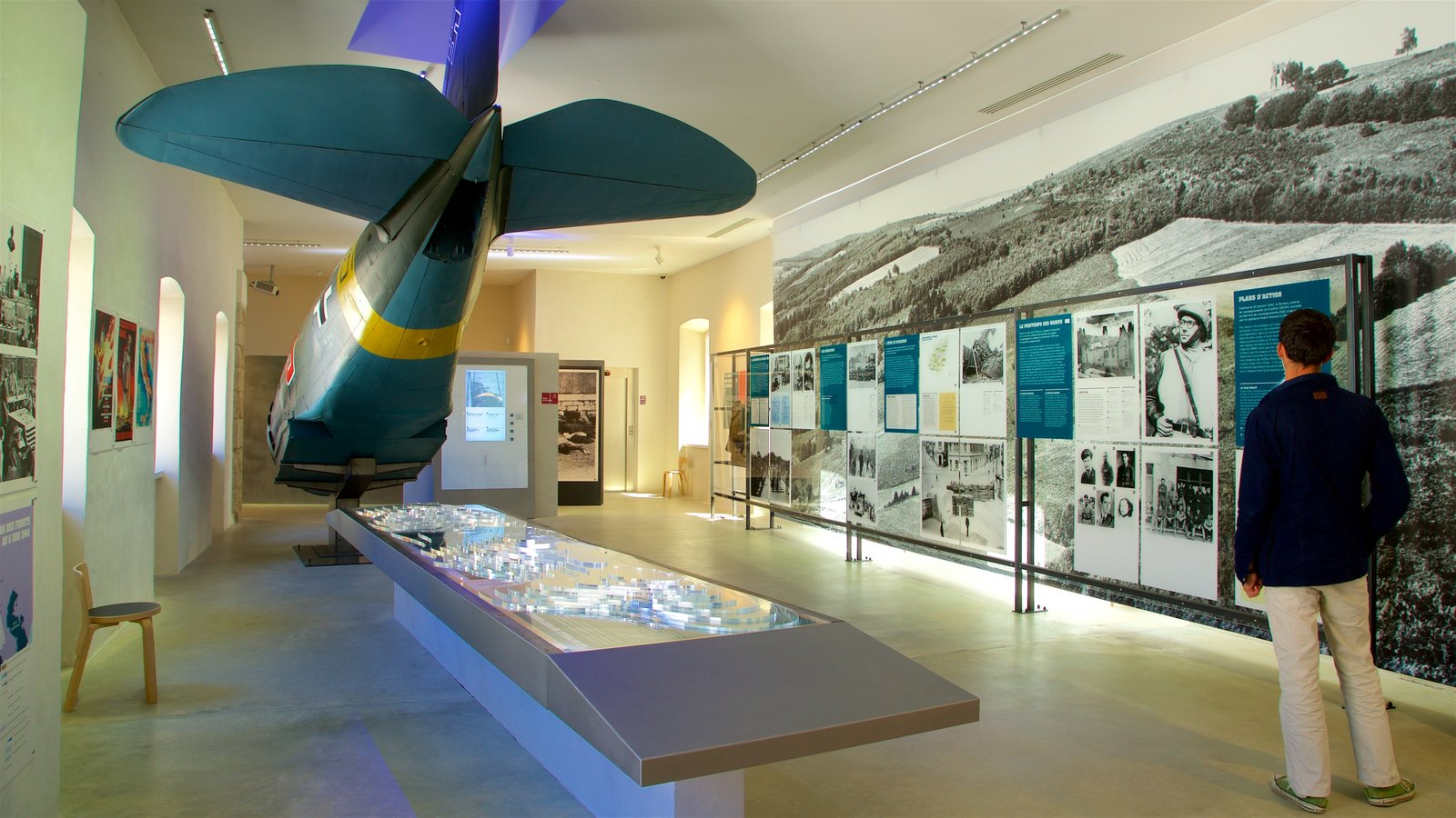 Musée de la Résistance featuring interior views as well as an individual male
