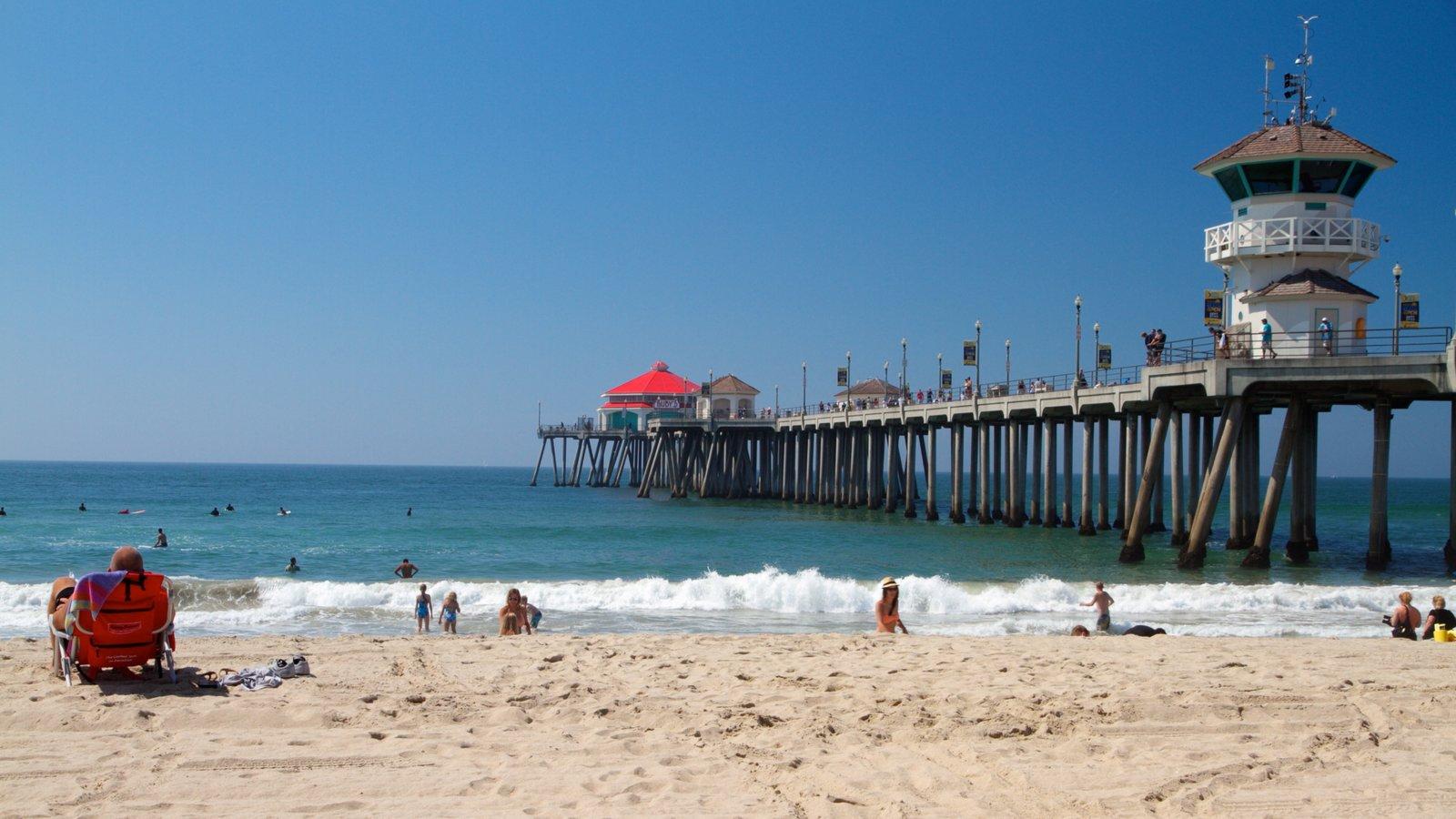 Huntington Beach que incluye natación, un faro y una marina