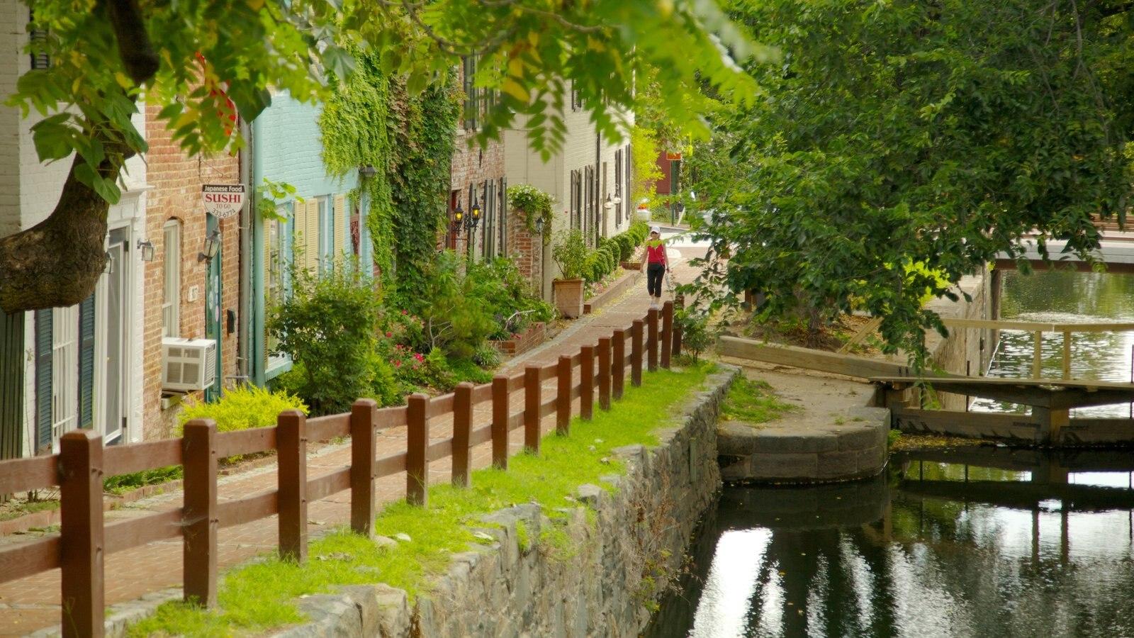 District of Columbia mostrando uma casa, um rio ou córrego e arquitetura de patrimônio