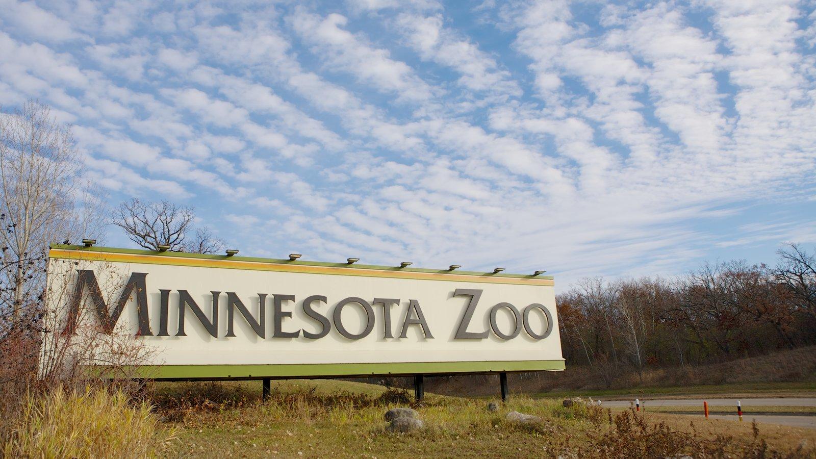 Zoo do Minnesota mostrando sinalização e animais de zoológico