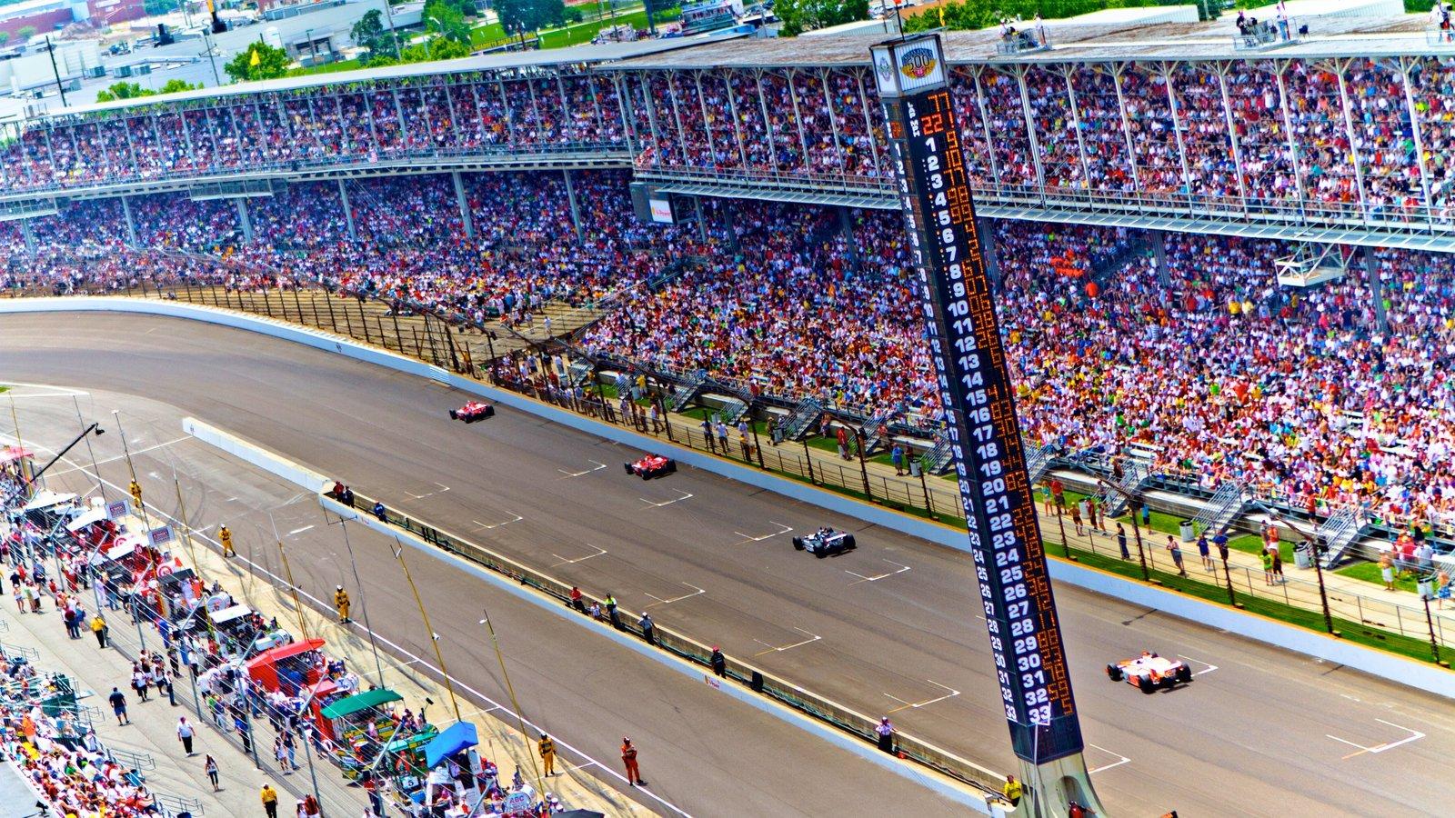 Indianapolis Motor Speedway mostrando un evento deportivo y también un gran grupo de personas