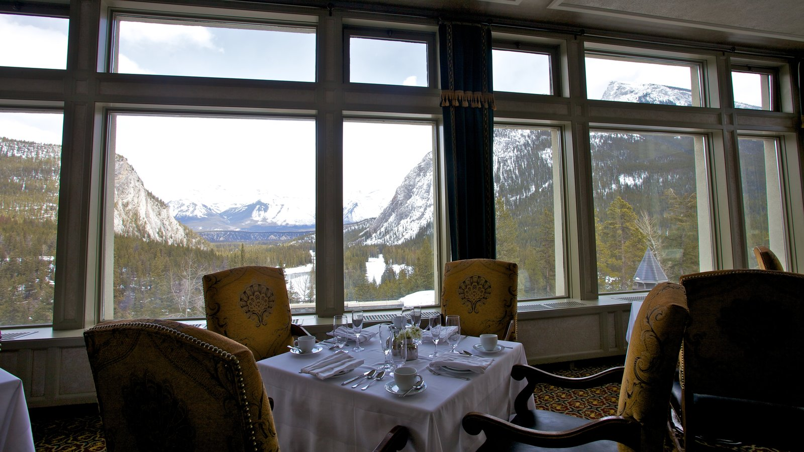 Banff National Park showing interior views, dining out and snow