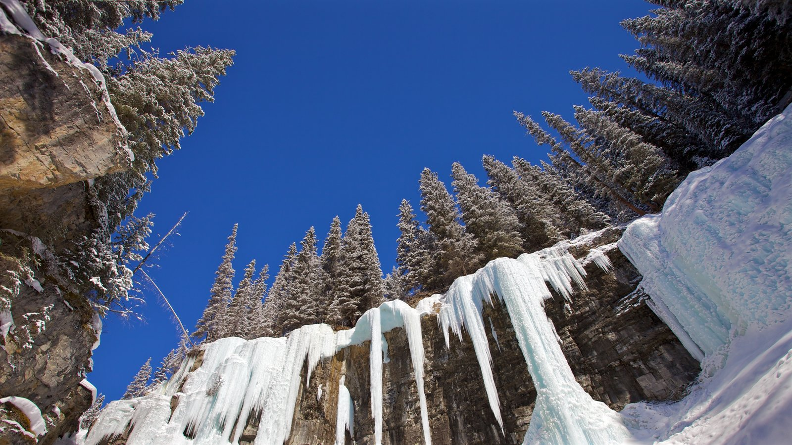 Johnston Canyon mostrando montanhas, paisagem e neve