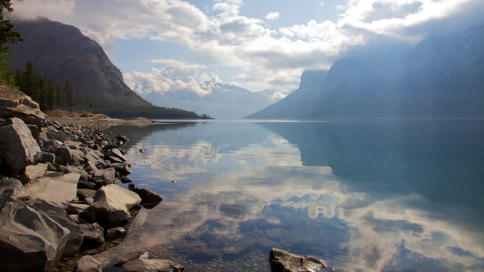 Lake Minnewanka showing mountains, landscape views and a lake or waterhole