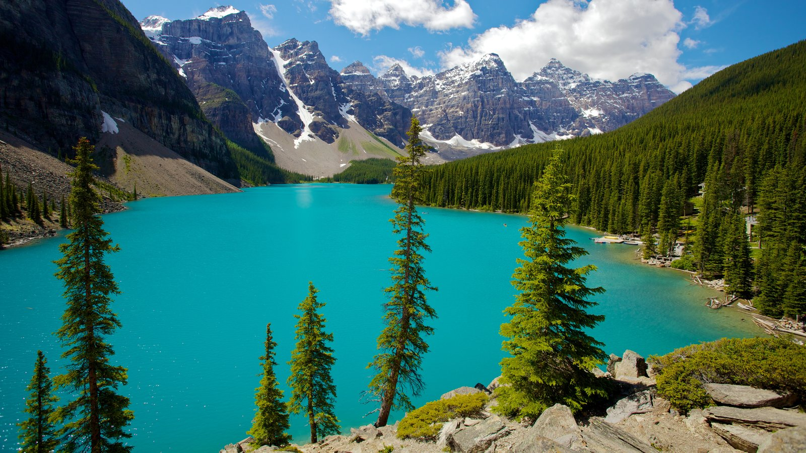 Moraine Lake showing mountains, a lake or waterhole and landscape views