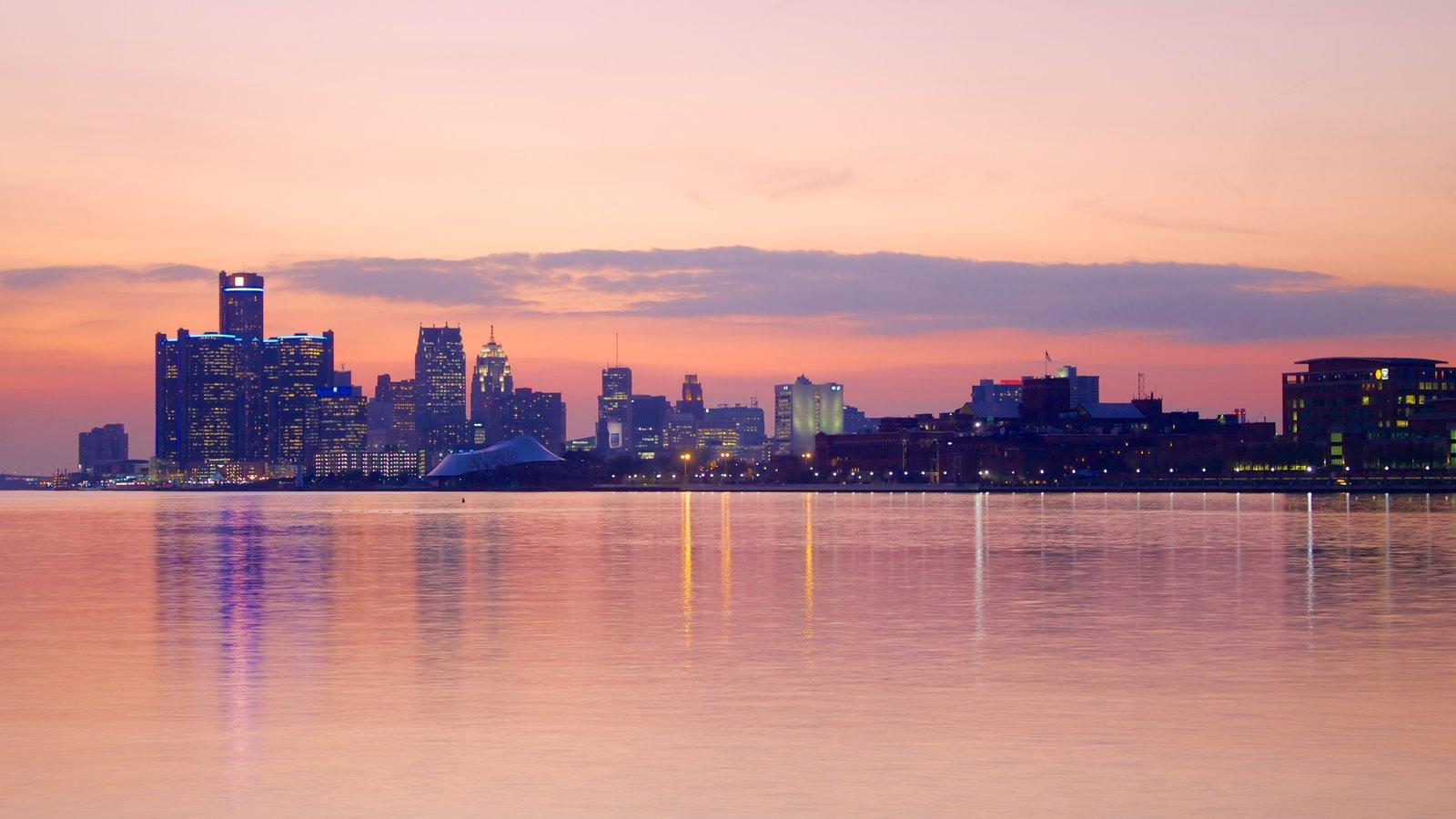 Detroit caracterizando um pôr do sol, distrito comercial central e linha do horizonte
