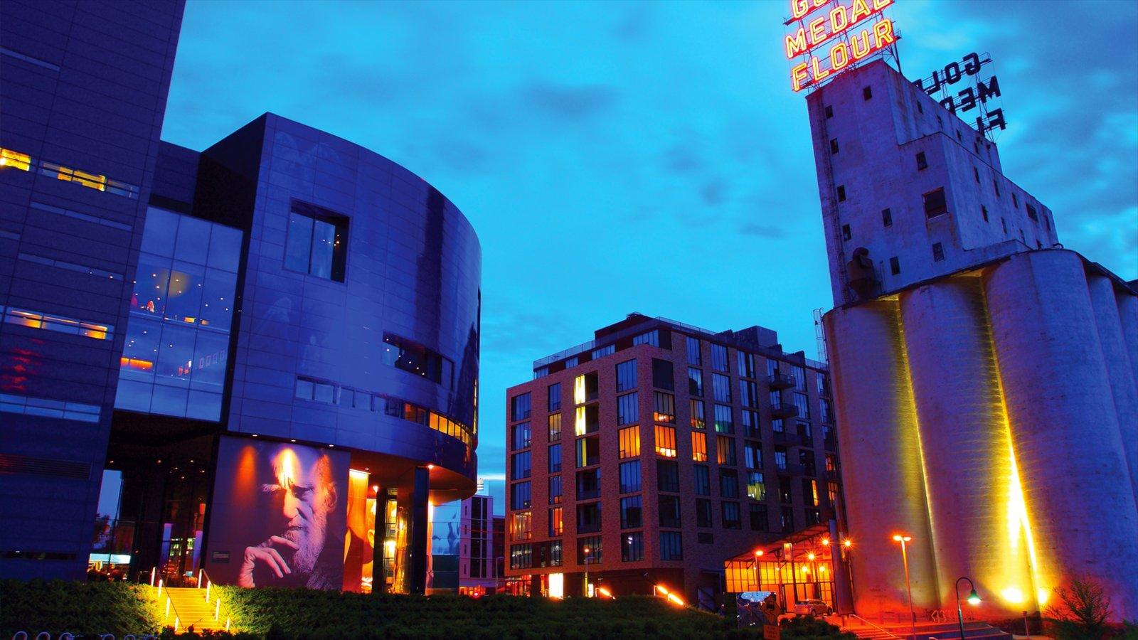 Teatro Guthrie que inclui cenas de teatro, cenas noturnas e um pôr do sol