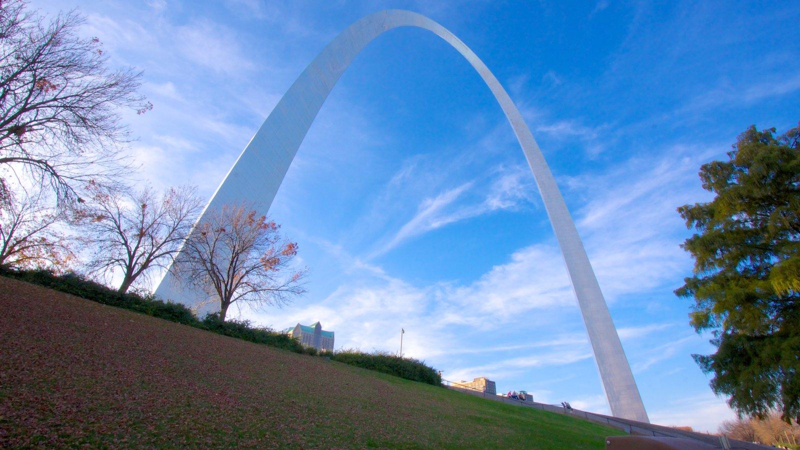 Gateway Arch que inclui paisagem, um monumento e um jardim