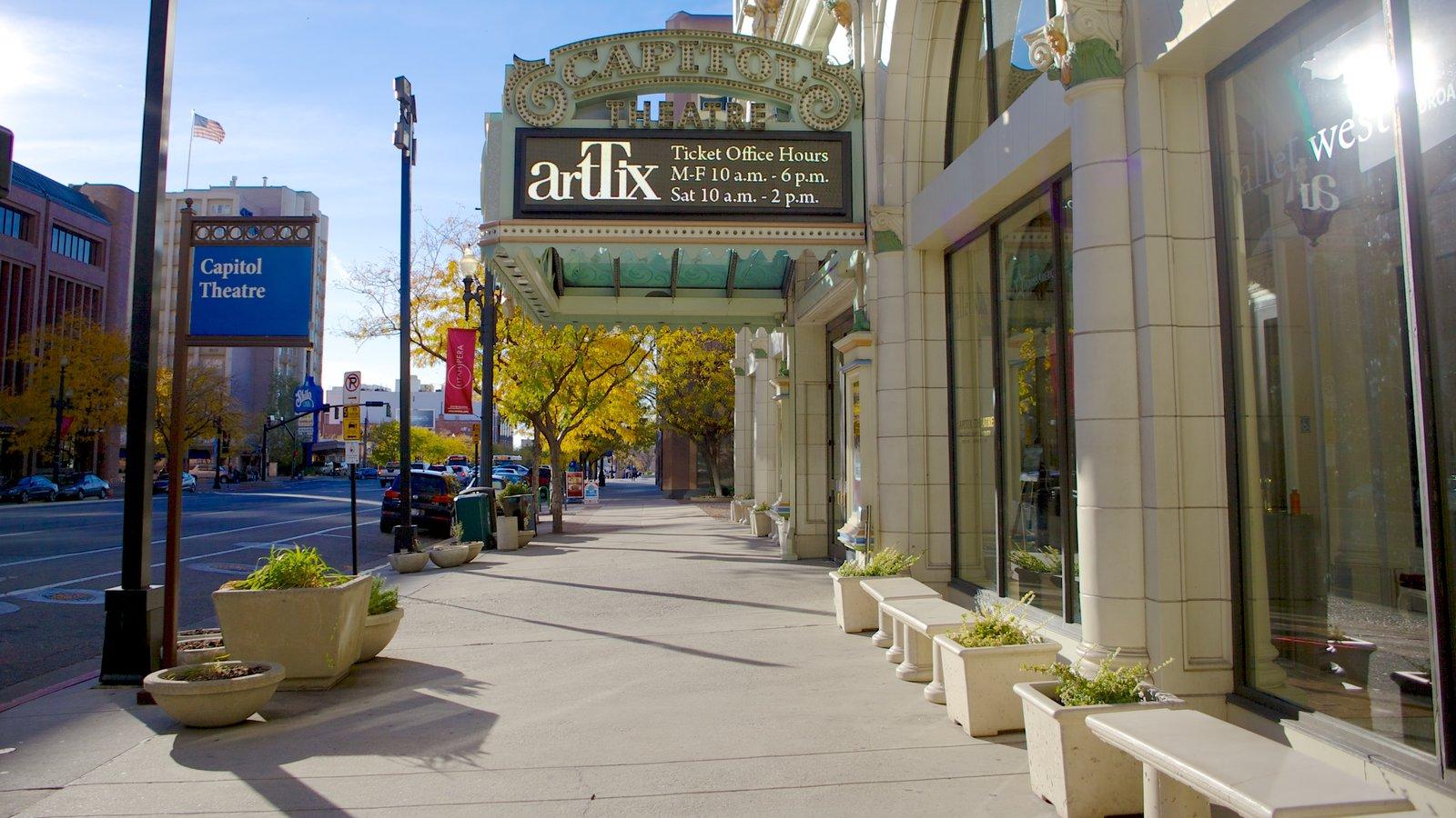 Capitol Theater que inclui sinalização, cenas de teatro e uma cidade