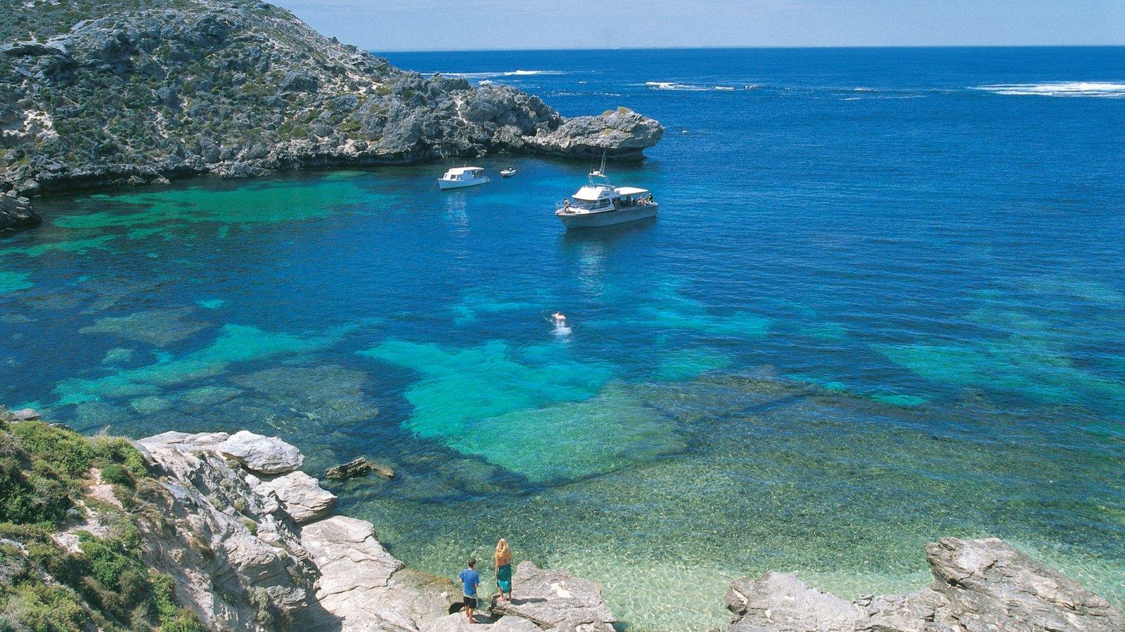 Isla Rottnest ofreciendo paseos en lancha, una bahía o puerto y costa rocosa