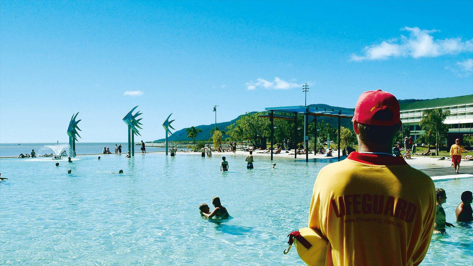 Cairns Esplanade que incluye una alberca y natación y también un hombre