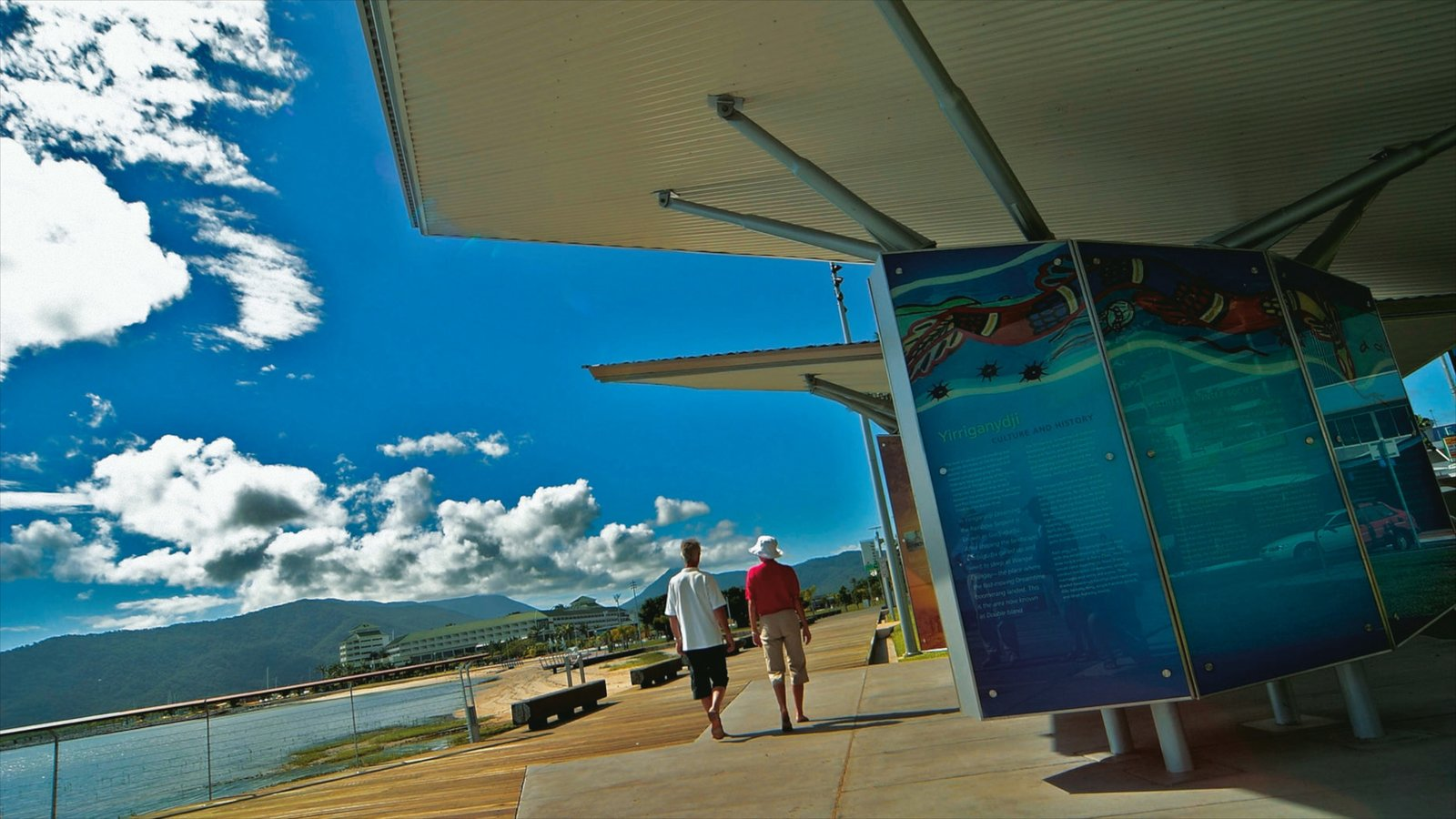 Cairns Esplanade ofreciendo señalización, vistas generales de la costa y vistas