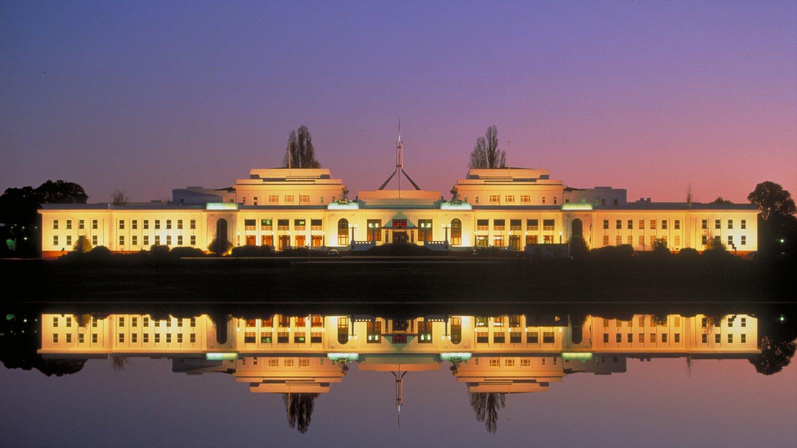 Old Parliament House caracterizando arquitetura de patrimônio, uma cidade e cenas noturnas