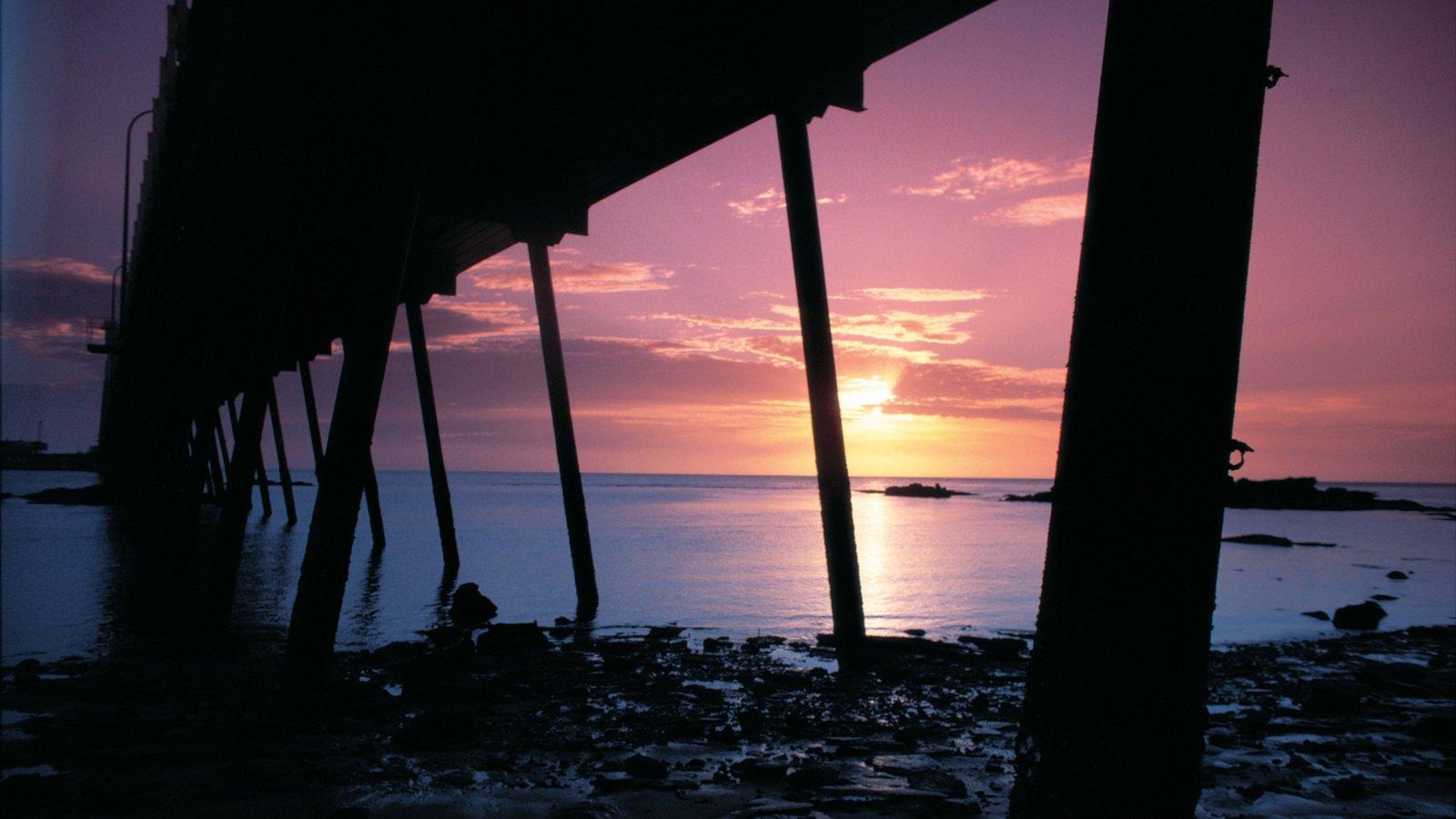 Broome que incluye vistas generales de la costa, una puesta de sol y vistas