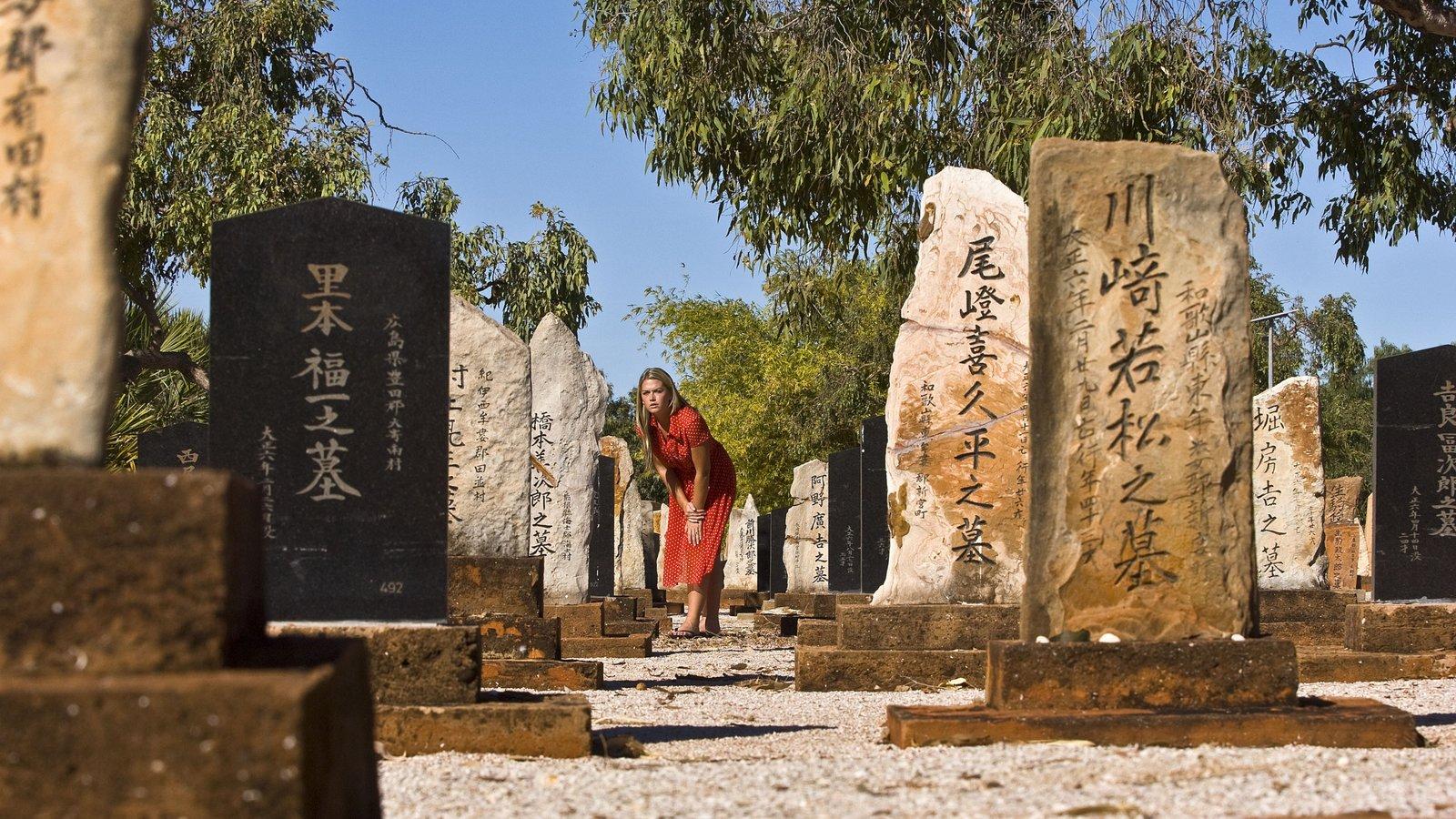 Broome que incluye un cementerio y un monumento y también una mujer