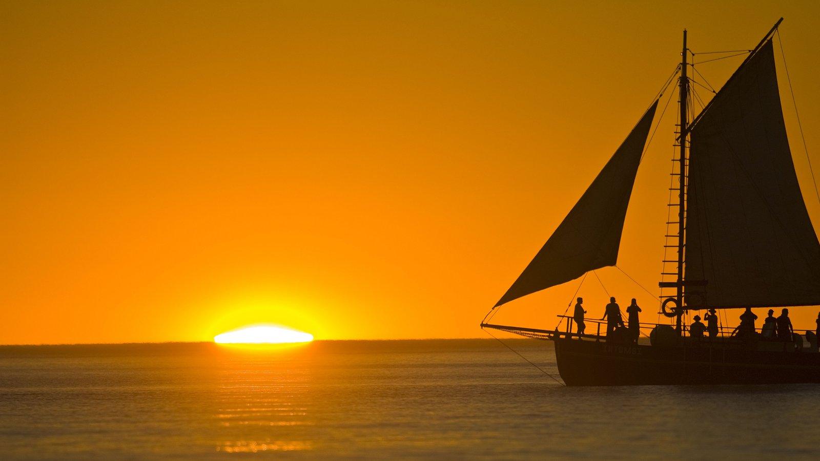 Broome que incluye una puesta de sol, vistas generales de la costa y navegación