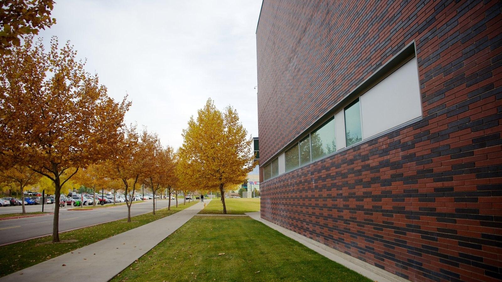 Utah Museum of Fine Art caracterizando folhas de outono e arquitetura moderna