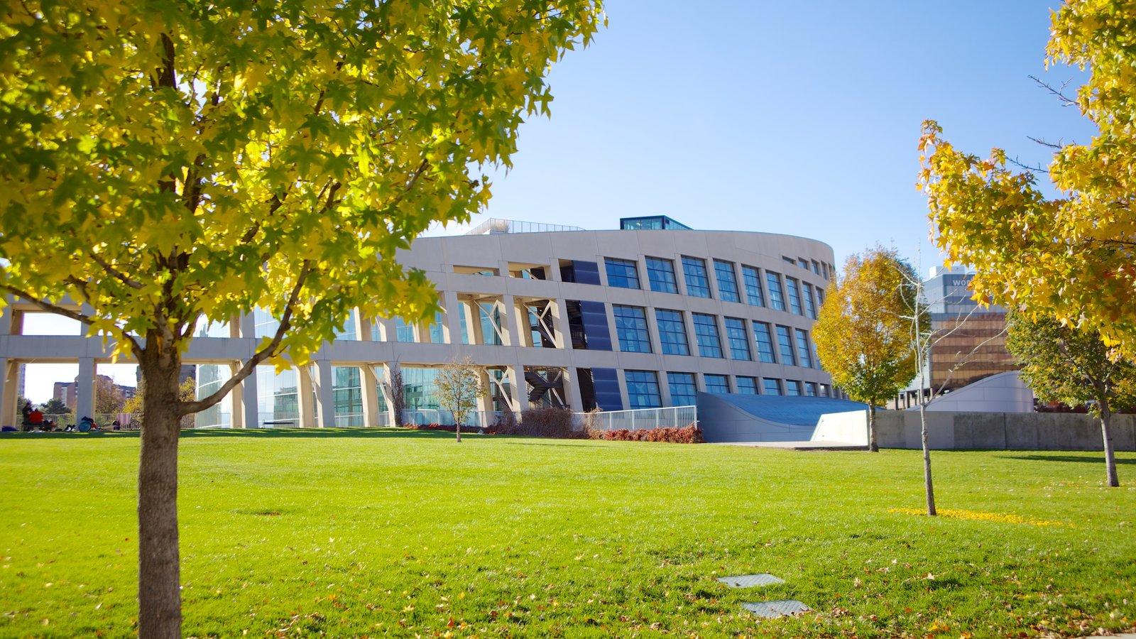 Edifício Principal da Biblioteca Pública de Salt Lake que inclui arquitetura moderna