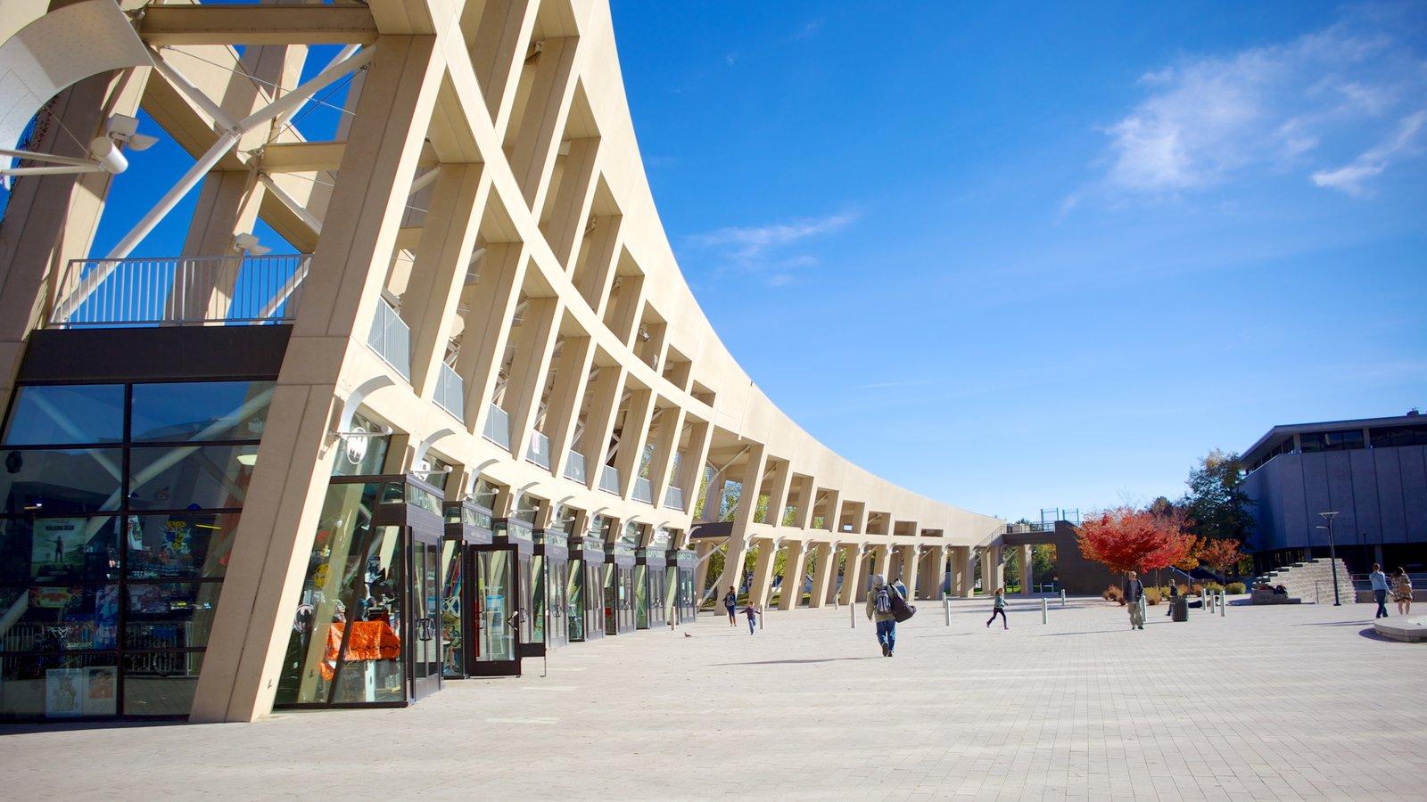 Edifício Principal da Biblioteca Pública de Salt Lake que inclui arquitetura moderna e uma cidade
