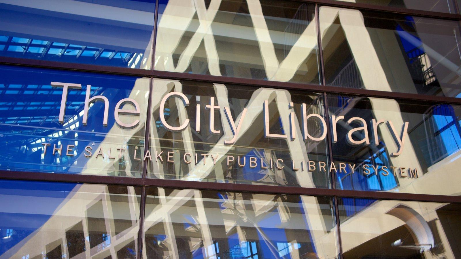 Edifício Principal da Biblioteca Pública de Salt Lake mostrando arquitetura moderna e sinalização