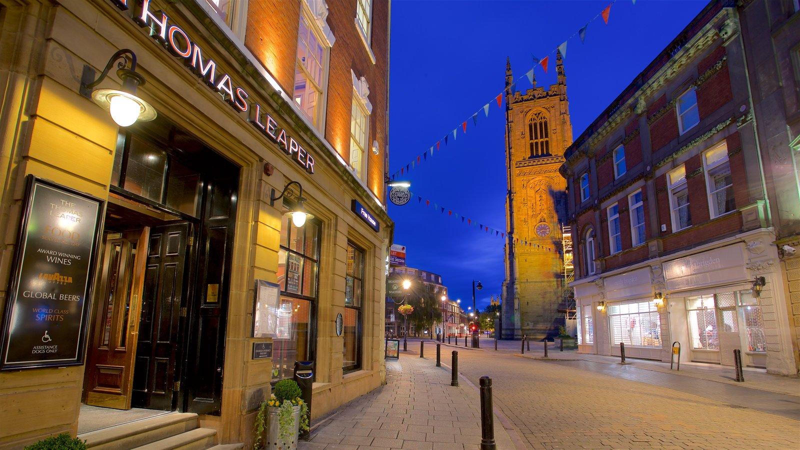 Derby Cathedral mostrando arquitetura de patrimônio e cenas noturnas